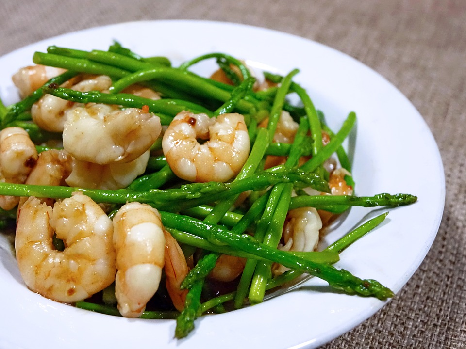 Diet asparagus and shrimp platter