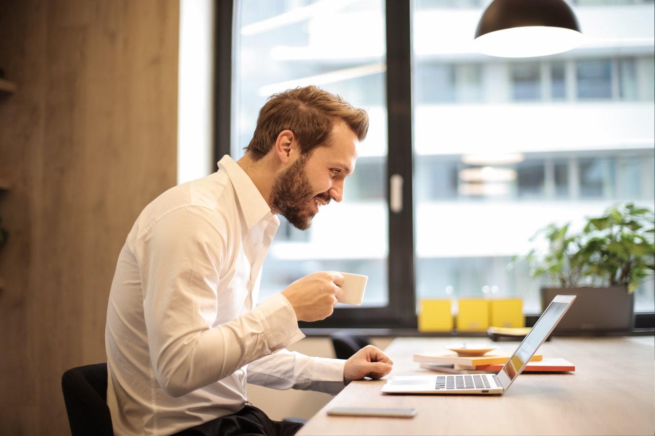 5 Real Health Risks Of Your Desk Job eat food